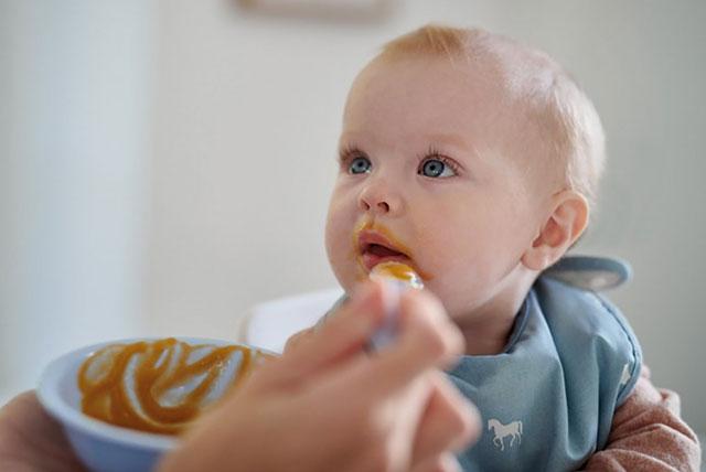 beba hranjena kašikom