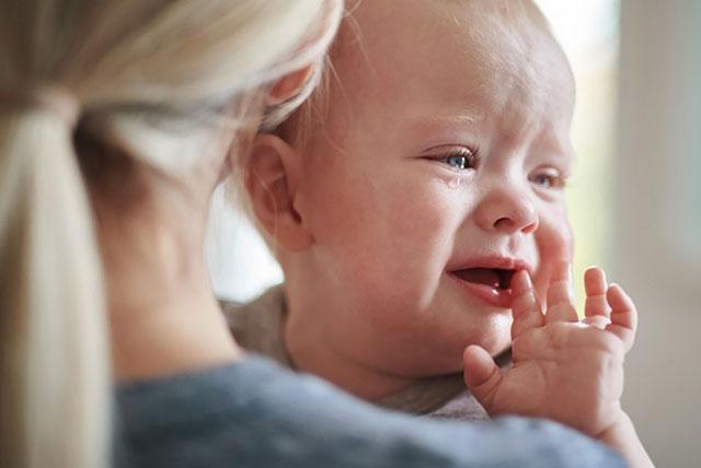 beba plače na maminom ramenu