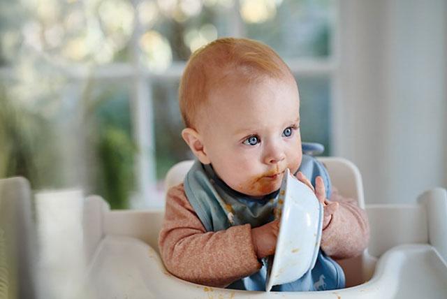 beba jede rukama