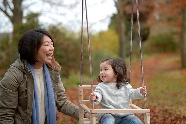 dete na ljuljašci sa srećnom mamom