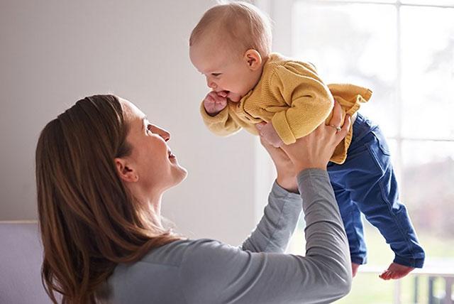 mamino podizanje bebe
