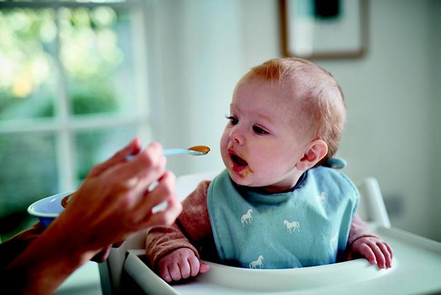 majka hrani mališana kašikom 1