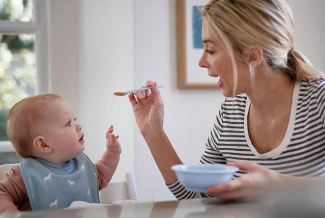 majka hrani bebu kašikom