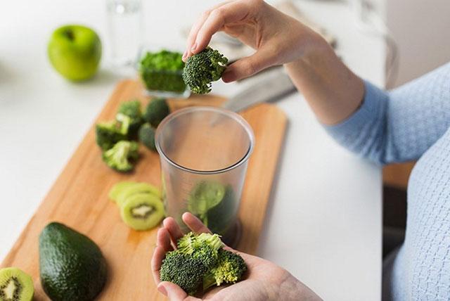 pripremanje smutija od zelenog povrća