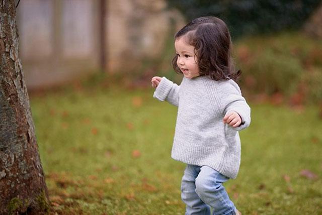 mališan u šetnji