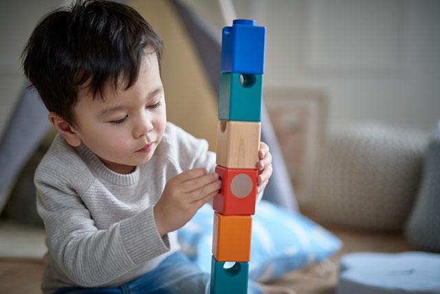 mališan se igra kockama za bebe